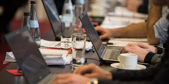 BFV-Mitarbeiter arbeiten an ihren Laptops im Rahmen einer Tagung.